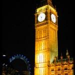 Imagen nocturna del Big Ben y de fondo el London Eyes