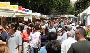 Gente en la Feria del Libro de Madrid 2012